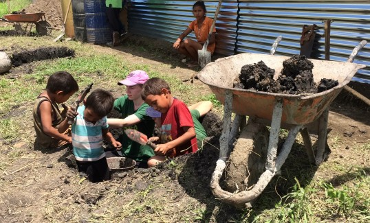 Kids digging foundations in El Jicarito